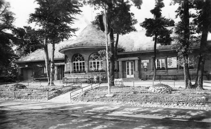 A Síház 1940-ben, előtte parkosítás