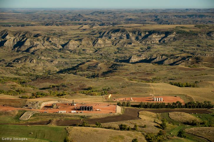 Olajkút a Theodore Roosevelt Nemzeti Park mellett, Észak-Dakotában 2013 szeptember 24-én.