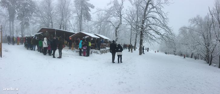 A büfésor bódéi előtt előtt téli hétvégéken is nagy a tömeg