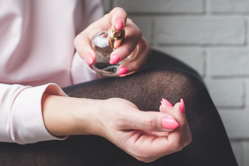 Te sem csak a nyakadra fújod a parfümöt? 4 kedvelt pont a testen, amit ne illatosíts