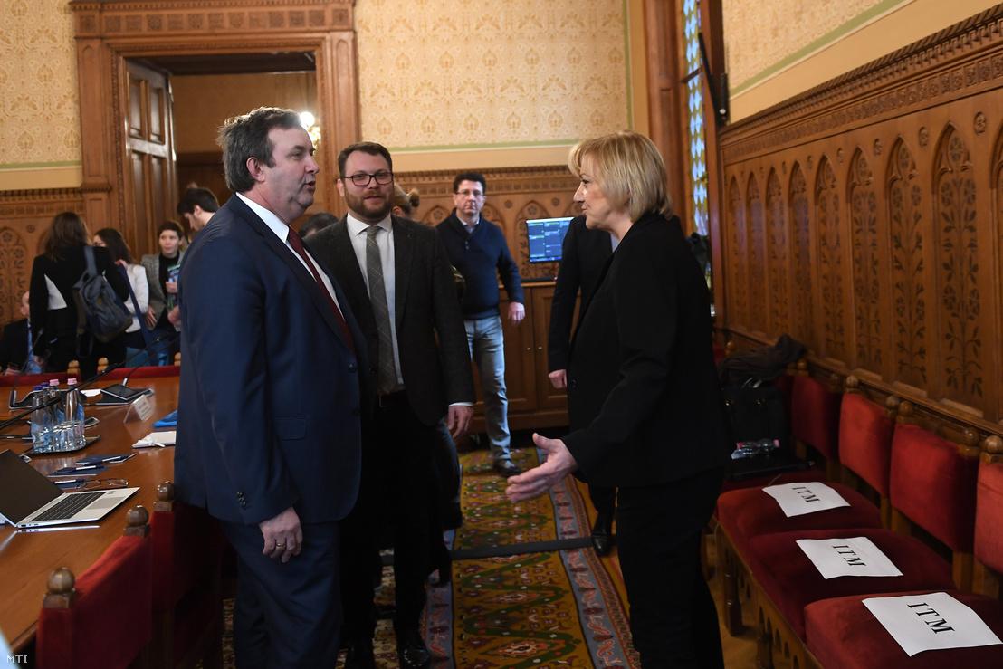 Palkovics László innovációs és technológiai miniszter (b), Schmuck Erzsébet, a bizottság LMP-s elnöke (j) és Schanda Tamás, az Innovációs és technológiai minisztérium parlamenti és stratégiai államtitkára (b2) az Országgyűlés fenntartható fejlődés bizottságának ülésén 2020. január 21-én.