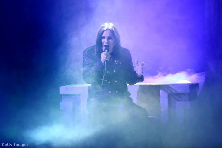 Ozzy Osbourne fellépés közben a 2019-es American Music Awardson.