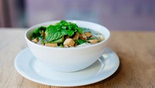 Vacsorára bőven elég ez a gazdag olasz leves barna rizzsel, tofuval és friss spenóttal