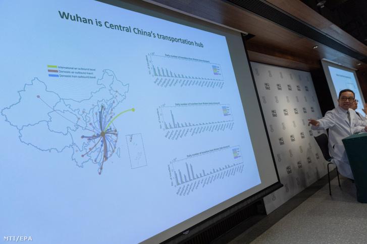 Gabriel Leung a Hongkongi Egyetem orvosi karának közegészségügyi professzora a WHO fertőző betegségek ellenőrzési és együttműködési központjának alapító igazgatója sajtótájékoztatót tart a Pekingben és a dél-kínai Sencsenben is felbukkant új tüdőgyulladást okozó vírusról Hongkongban 2020. január 21-én. A járvány kiindulópontjának számító közép-kínai Vuhanban jelentősen megugrott a fertőzöttek száma a vírusfertőzés eddig legkevesebb négy ember halálát okozta.