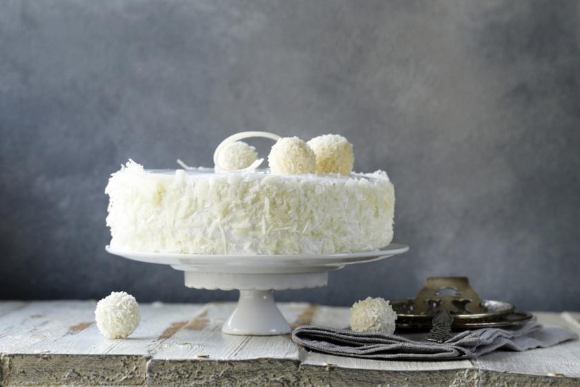 Házi Raffaello-torta pihe-puha piskótából, lágy krémmel töltve