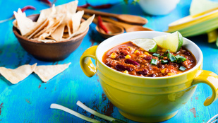 Ha szereted a könnyű különlegességeket, ezt imádni fogod: mexikói bableves guacamoléval