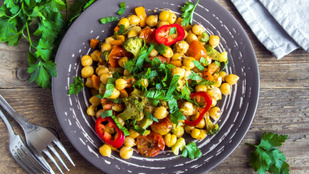 A tökéletes csicseriborsó-saláta mazsolával – mutatjuk, hogyan lesz belőle egészséges köret!