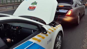 Rendőrök bikázták be a román luxuskocsit az M1-esen