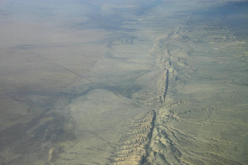 A Szent András-törésvonal megközelítőleg 1300 kilométer hosszan vágja ketté az észak-amerikai kontinens délnyugati részét.