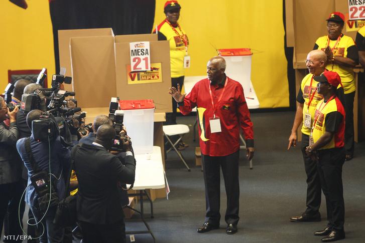 José Eduardo dos Santos volt angolai elnök (k) a Népi Mozgalom Angola Felszabadításáért (MPLA) rendkívüli kongresszusán a fővárosban, Luandában 2018. szeptember 8-án. A 76 éves dos Santos ezen a napon lemondott pártjának vezetéséről.