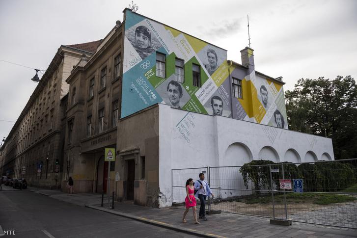 Magyar olimpikonok arcképeit ábrázoló falfestés a Gerlóczy utcai Városháza épületszárnyának homlokzatán 2019. augusztus 16-án.