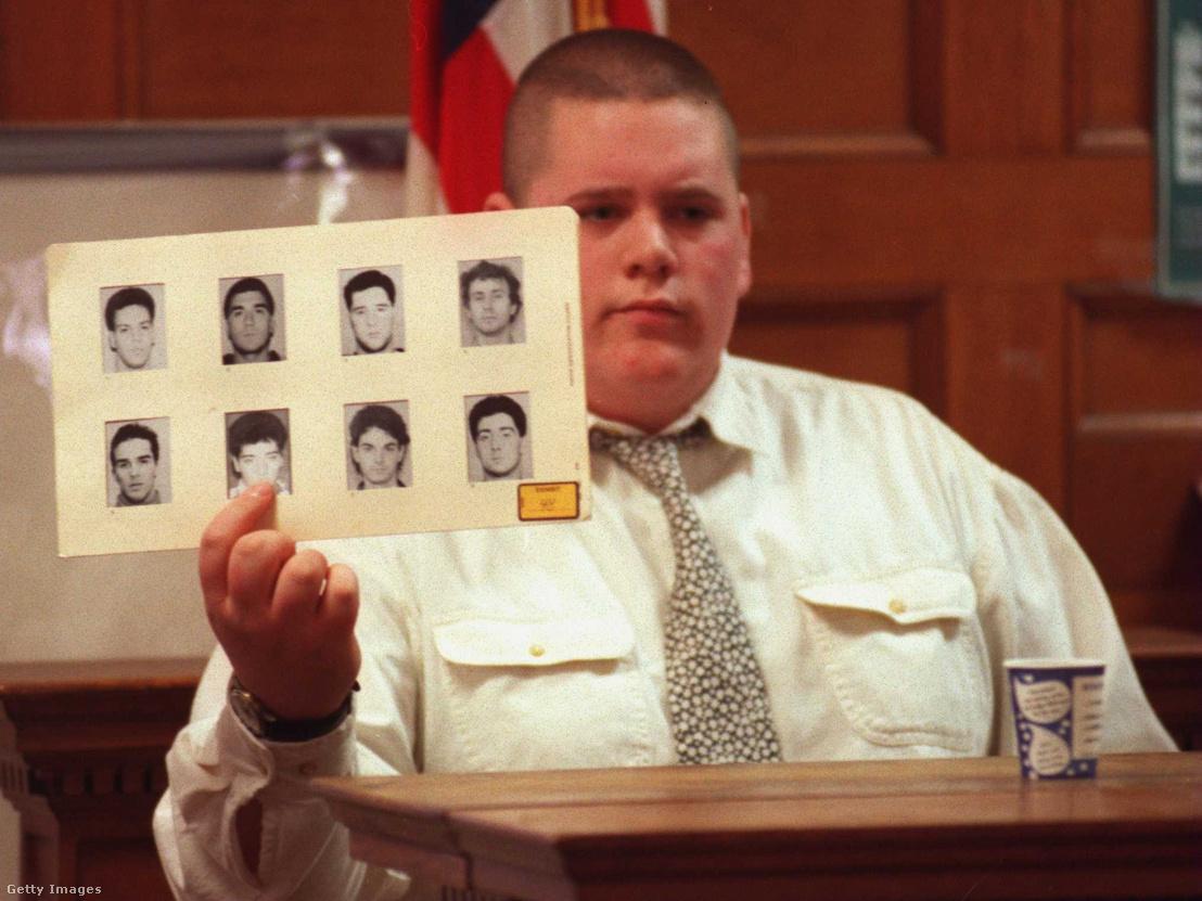 Szemtanú mutat rá a gyanúsított fényképére egy gyilkossági ügy tárgyalásán a Norfolk megyei bíróságon, Massachusetts államban 1996-ban