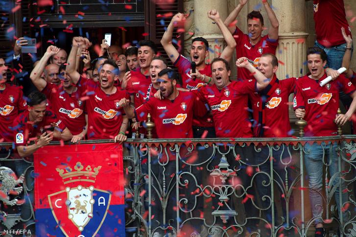 Az Osasuna játékosai ünnepelnek Pamplonában 2019. május 21-én, miután a csapat a spanyol másodosztályból feljutott az első osztályú labdarúgó-bajnokságba.