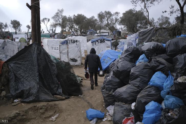 Szeméttel teli zsákok a görögországi Leszbosz szigetén fekvő Moriában lévő túlzsúfolt menekülttáborban 2020. január 21-én.