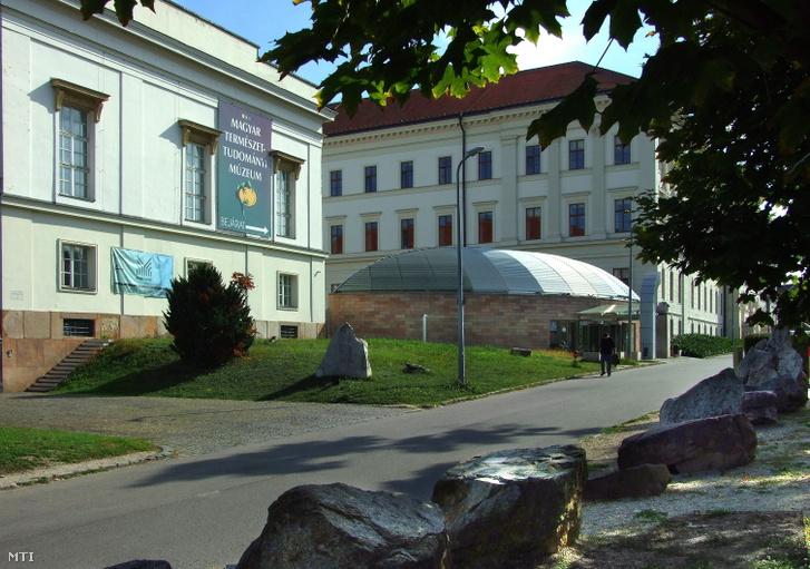 A Magyar Természettudományi Múzeum épülete a főváros VIII. kerületében, a Ludovika téren.