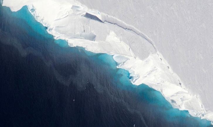 A Thwaites-gleccser végéből letöredező jégdarabok. A gleccser a nyolcvanas évek óta 540 milliárd tonna jeget veszített.