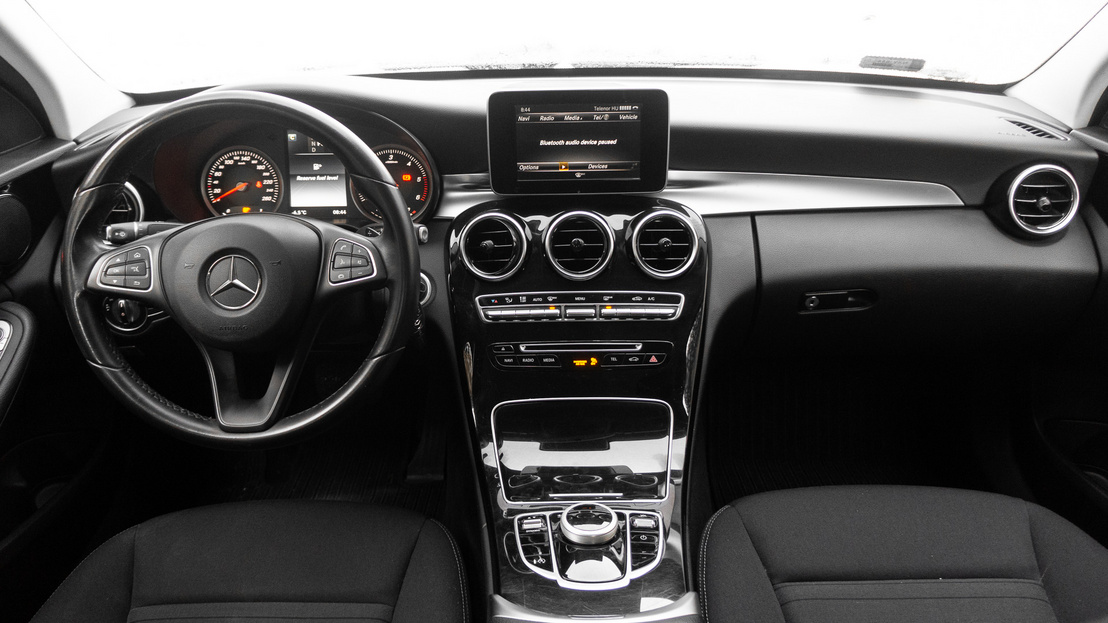 Egyedi és pont annyira csillog, amennyire egy Mercedesnek csillognia kell. Az ergonómiába nem lehet belekötni