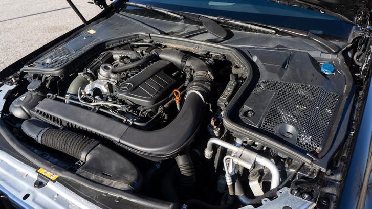 Renault dízelmotor egy Mercedesben, ráadásul csak 116 lóerő. Ennek ellenére egészen kellemes karaktere van