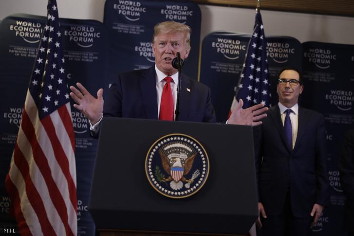 Donald Trump amerikai elnök nyilatkozik a sajtó képviselőinek a Világgazdasági Fórum 50. davosi találkozóján 2020. január 22-én. Jobbról Steven Mnuchin amerikai pénzügyminiszter.