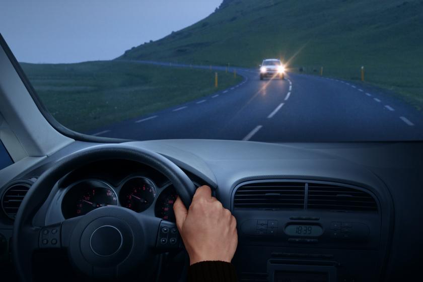 Mikor tilos reflektorral világítani a kocsiban? Sokan szabálytalanul használják