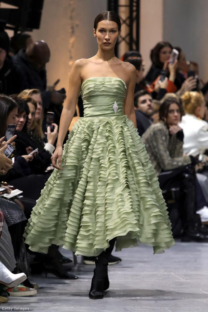Ugyanő ugyanebben a show-ban az ominózus nadrágkosztümön kívül ezt a zöld ruhát is bemutatta