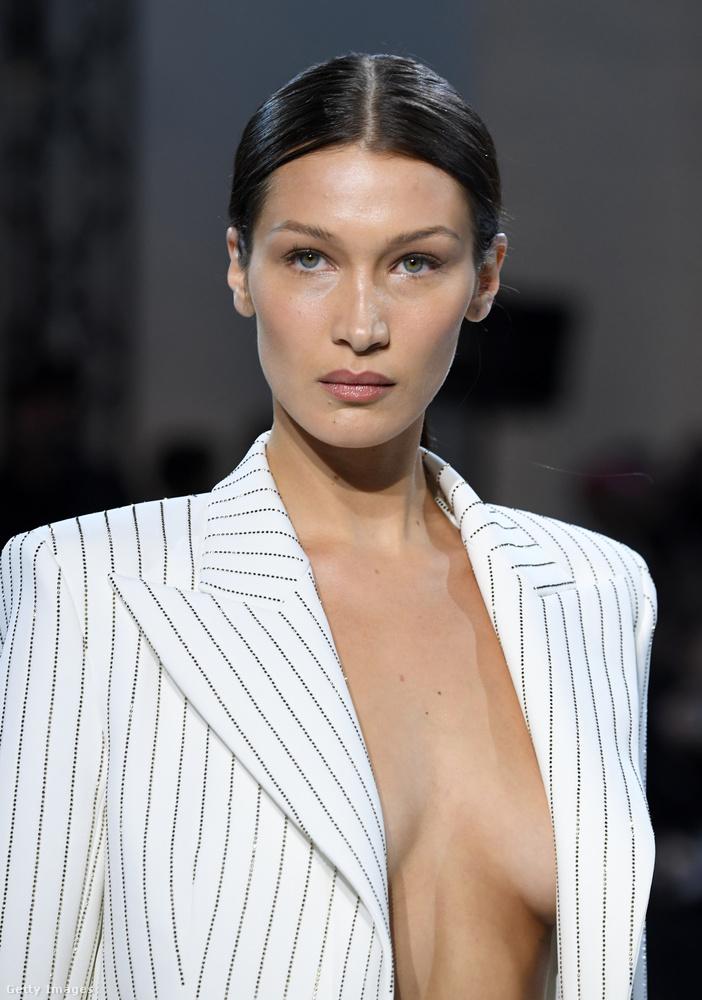 Az haute couture-bemutatókon sokkal extrább/látványosabb szettek is szoktak lenni ennél a nadrágkosztümnél, amiben az átlagos divatfotó-fogyasztószámára túl sok pláne nincs