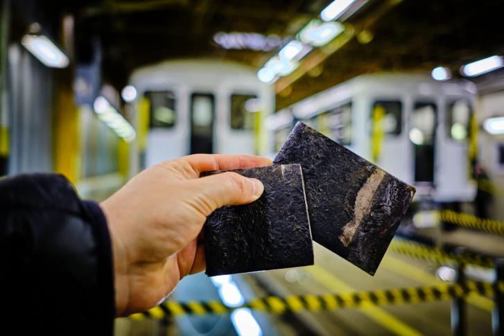 A korrodált padlólemez darabjai a metrótelephelyen. Vörös Attila fotója