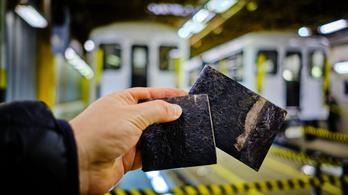 Rozsdás vaslemez az orosz metró új fakockája