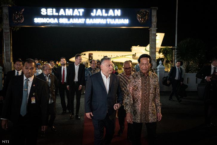 Orbán Viktor miniszterelnököt (k) fogadja X. Hamengkubuwono szultán, a Yogyakartai Különleges Terület kormányzója (j) az indonéziai Yogyakarta repülőterén 2020. január 22-én.