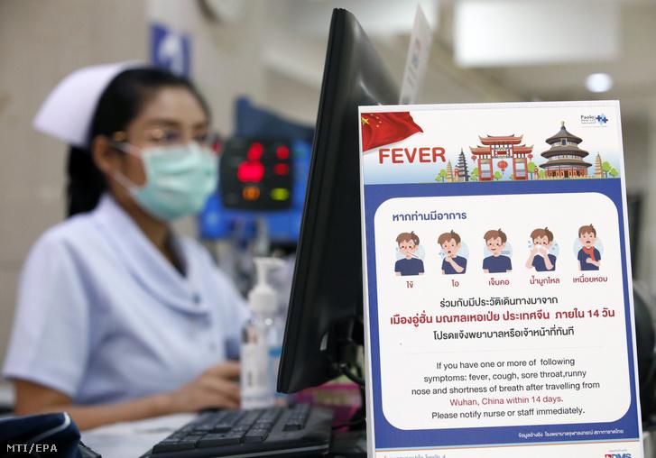 A Kínából indult tüdőgyulladást okozó új koronavírusra figyelmeztető tábla egy bangkoki kórházban 2020. január 22-én