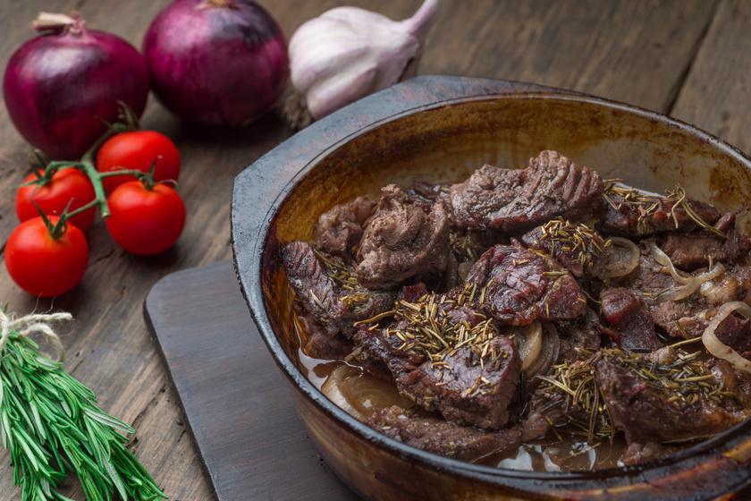 Tepsiben sült marha sok hagymával, tunkolni való sűrű szafttal: szétomlik a hús a szádban