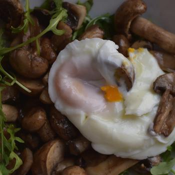 Vega, szénhidrátszegény és laktató vacsora - Sültgomba-saláta buggyantott tojással