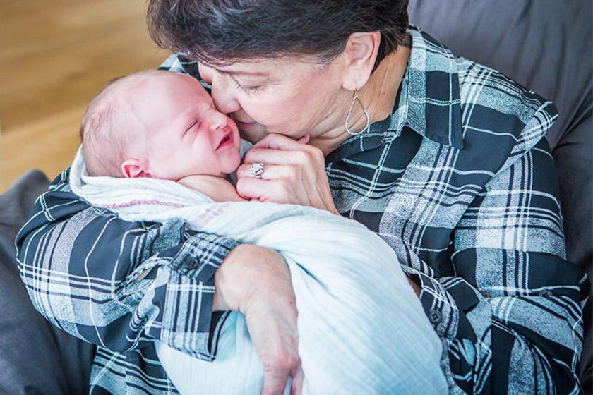 A nagymama a fél országot átutazta, hogy találkozhasson unokájával. Ebben a csodálatos ölelésben minden benne van.