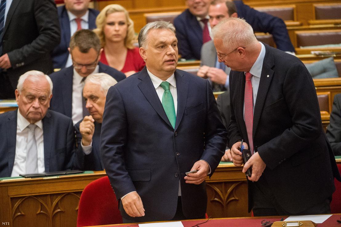 Orbán Viktor miniszterelnök és Trócsányi László igazságügyi miniszter az Országgyűlés plenáris ülésén 2019. május 27-én