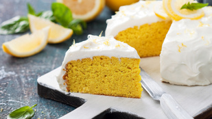Ezzel az isteni desszerttel mindenkit meglepsz: fehérbabblondie citromos-tárkonyos sajtkrémmel