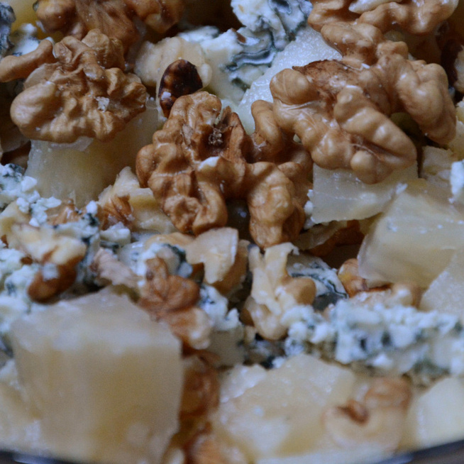 Kéksajtos, diós Waldorf-saláta az édes-sós ízek kedvelőinek
