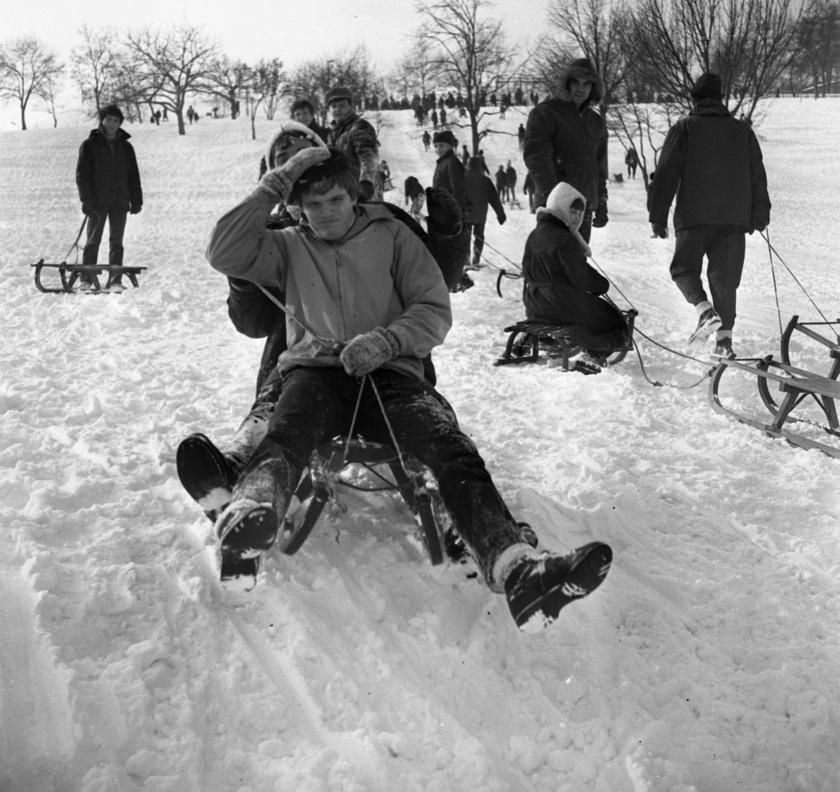 A Tabán szánkópályája az első havazásokkor megtelt szánkózókkal, és hatalmas tömeg fogadta az embert, ahogy az az 1971-es fotón is látható.