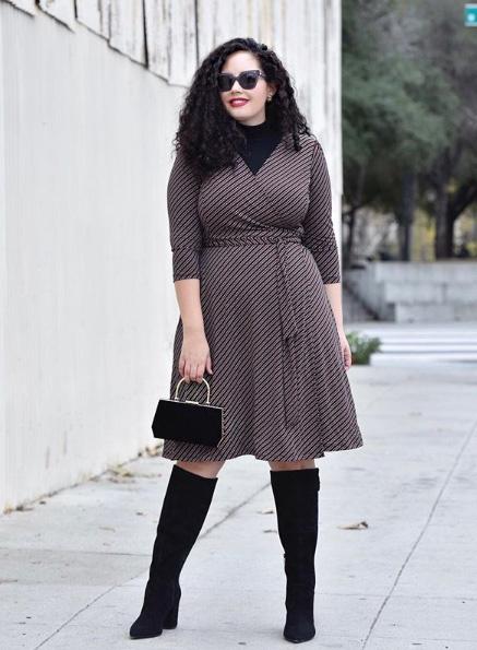 A blogger megmutatja, hogy öltözködhetsz nőiesen a hideg időben, kabát alá. Egy átlapolt, karcsúsító hatású ruha tökéletes választás garbóval, a hosszú szárú csizma pedig nyújtja, karcsúsítja a lábakat.