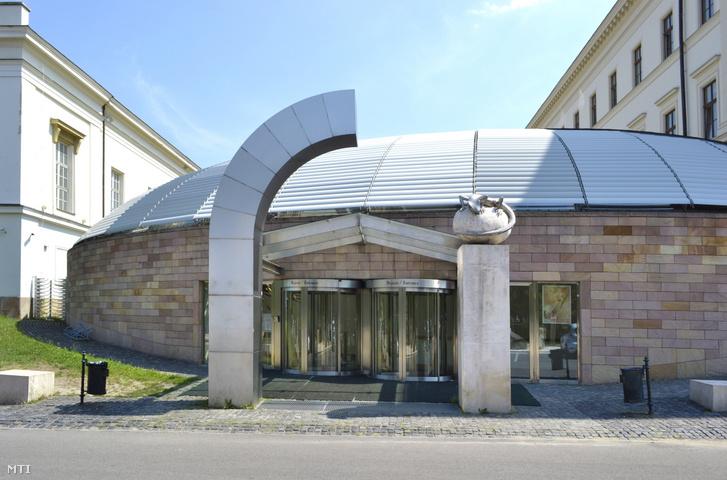 A Magyar Természettudományi Múzeum főbejárata a főváros VIII. kerületében a Ludovika téren.