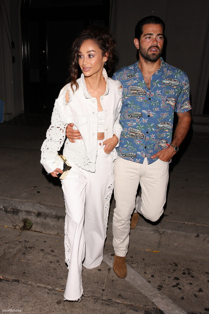 Ezen a képen Jesse Metcalfe 41 éves színész látható bizonyos Cara Santanával, akivel 2009-től jártak, sőt, el is jegyezték egymást