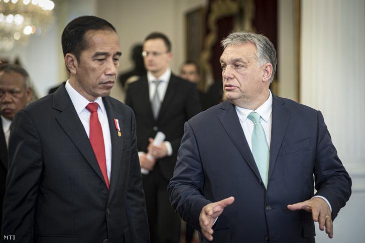 Joko Widodo indonéz államfő (b) fogadja Orbán Viktor miniszterelnököt (j) Jakartában 2020. január 23-án.