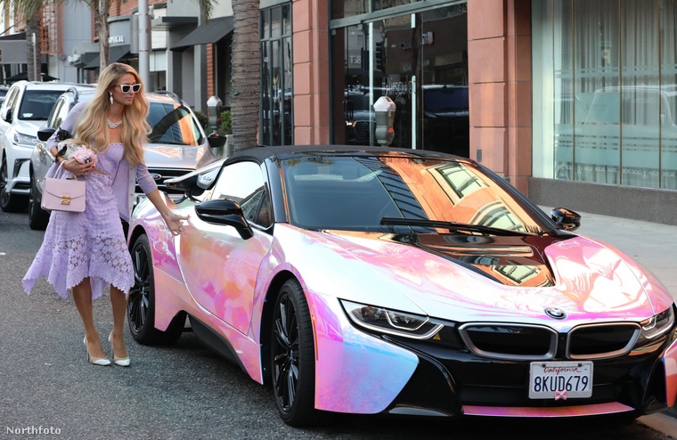 A verda konkrétan egy színjátszós, bugyirózsaszín, elektromos BMW i8 hibrid.