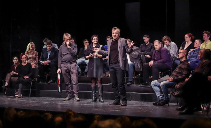 Mácsai Pál (középen), az Örkény Színház igazgatója