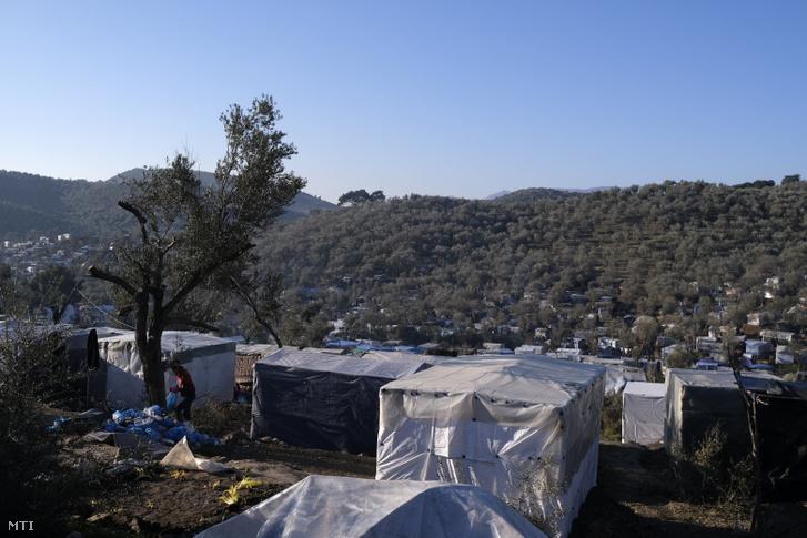 Illegális bevándorlók tábora a görögországi Leszbosz szigetén fekvő Moriában