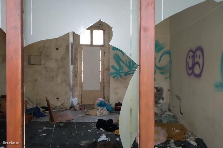 Így néz ki belülről az elhagyatott épület a Gerlóczy utca 3. alatt
