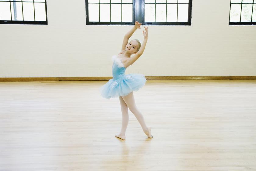Ha valaki profi táncos szeretne lenni, már nagyon korán el kell kezdenie a próbákat, a legtöbb társulati tag 7-10 éves korában már megtanulta a balett alapjait, 14 évesen pedig heti 20-30 órát gyakorol.
