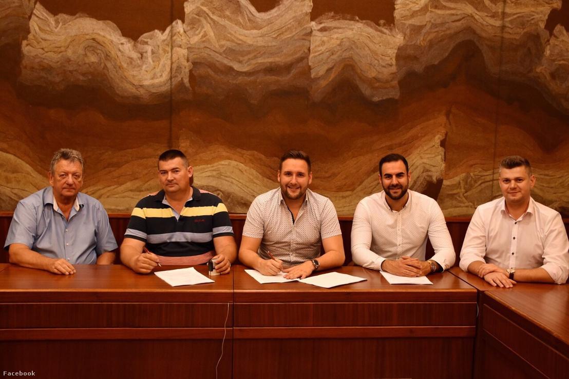 Sohajda Márk klubelnök (középen) szerződést köt a klubház kivitelezőjével, a EU-ÉPÍTŐ Kft.-vel. A kép bal szélén Czira Szabolcs polgármester látható.