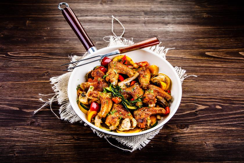 Tepsiben sült csirkeszárny fokhagymásan, vele sült zöldségekkel: jó ropogós lesz a bőre