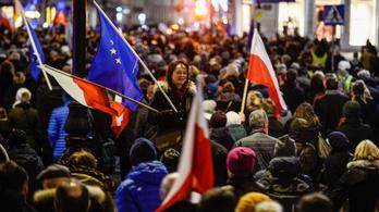 A lengyel parlament megszavazta a bírói függetlenséget leépítő reformot