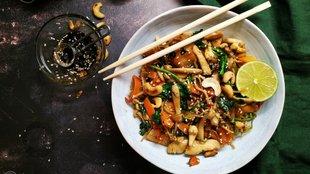 Csirkés-zöldséges ázsiai tészta pirított kesudióval és szezámmaggal